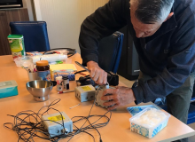 Persoon onderhoud de sensoren van het onderzoek
