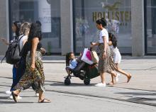 Mensen in winkelstraat