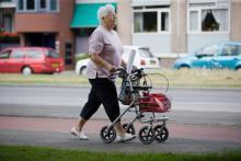 Oudere dame met rollator