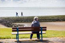 Ouder persoon tuurt over horizon