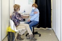 Dame ontvangt een vaccinatie tegen COVID-19