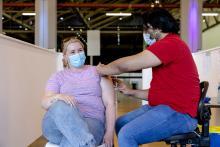 Vrouw krijgt COVID-19 vaccinatie